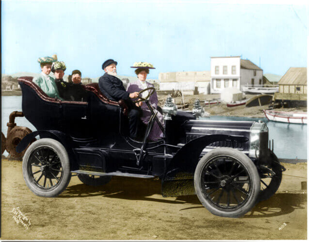 Five-persons,-possibly-tourists-and-a-guide,-in-an-automobile-1905-LC-USZ62-38171(1)