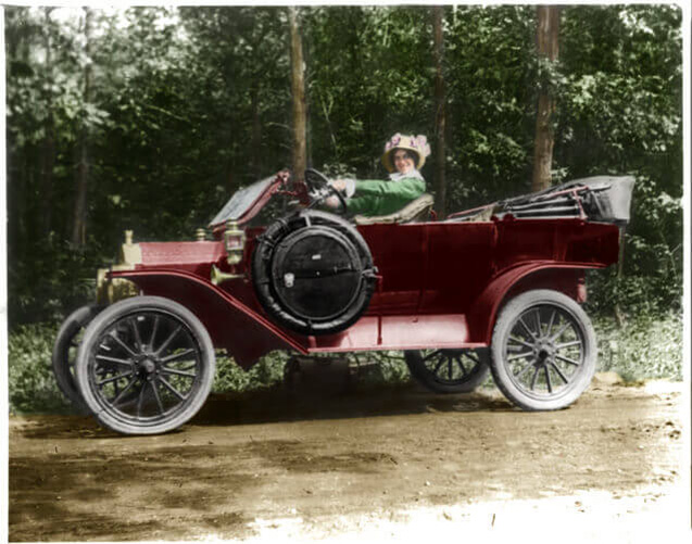 Woman-seated-behind-steering-wheel-of-automobile-1914-LC-USZ62-55107(1)